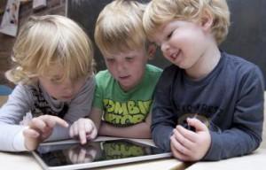 kinderen samen met iPad