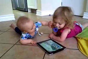 baby en dreumes met iPad