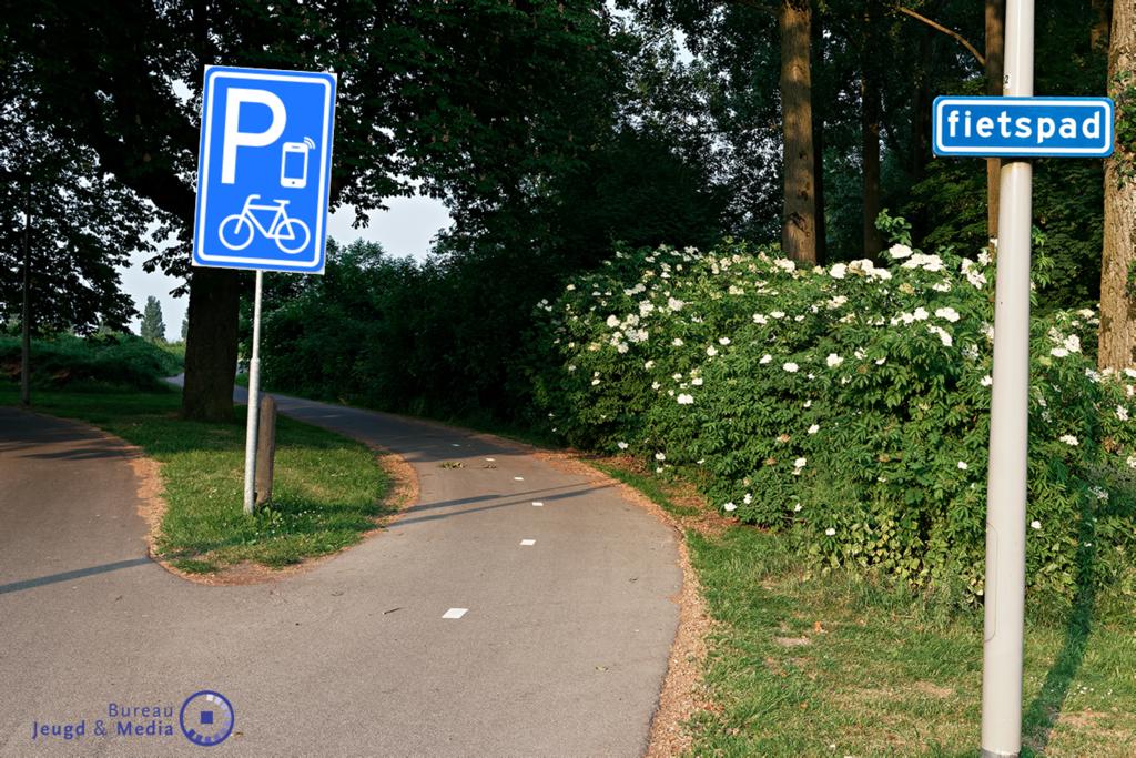 Nieuw verkeersbord - appen naast je fiets - Bureau Jeugd & Media